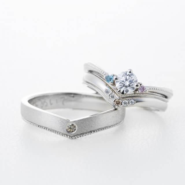 重ね付けできるV字婚約&結婚指輪